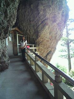 映画では洞窟の中に建てられた ...